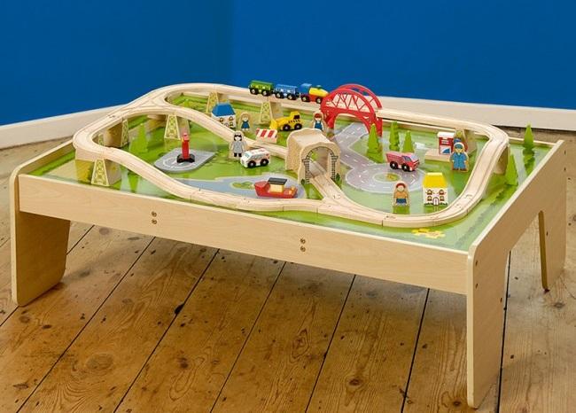 leseni-vlak-miza